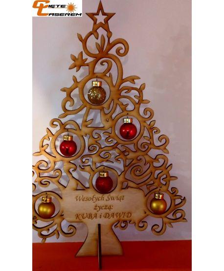 Drewniana choinka z grawerem, życzeniami ze szklanymi bombkami dekoracja świąteczna
